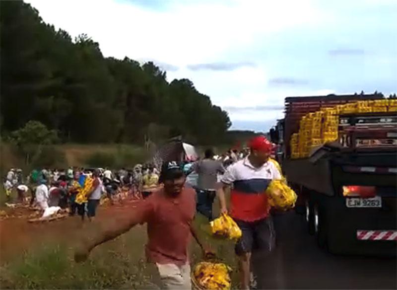 Povo faz festa com carga de cerveja após tombamento de caminhão em Assis