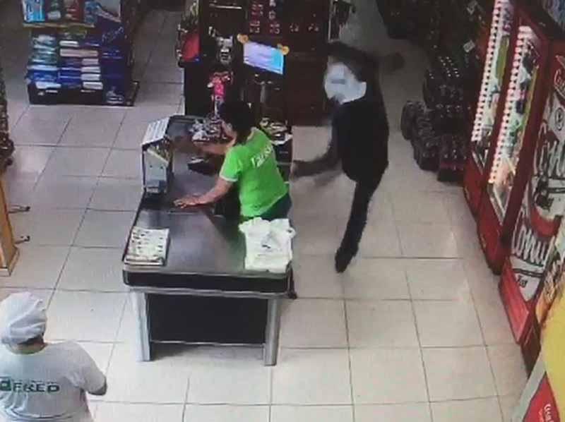 Câmeras de segurança registram assalto a supermercado de Quatá