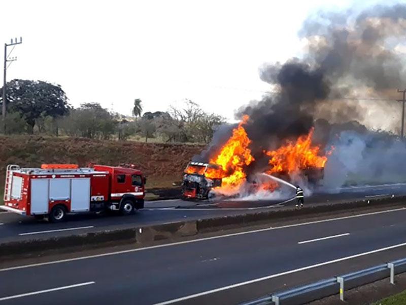 Incêndio destrói caminhão em rodovia de Assis