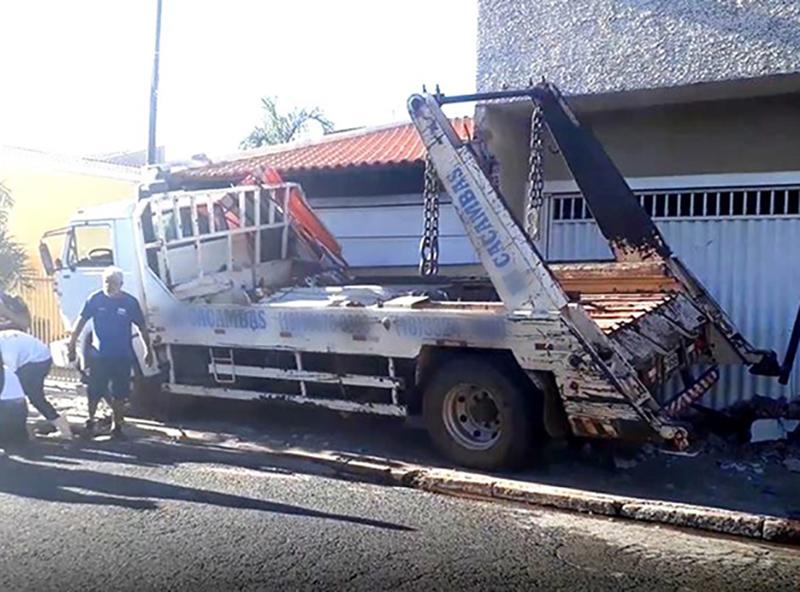 Caminhão atinge três casas após motorista sofrer convulsão em Assis