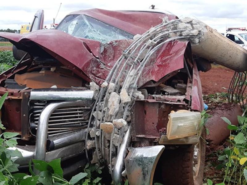 Motorista fica ferido ao bater caminhonete contra poste em rodovia de Cruzália
