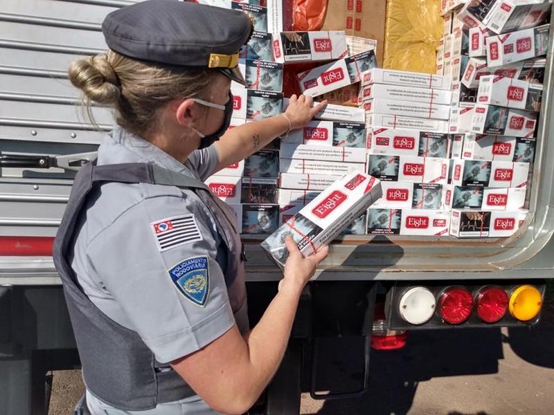 Polícia Rodoviária flagra caminhão carregado com cigarros contrabandeados em Ourinhos