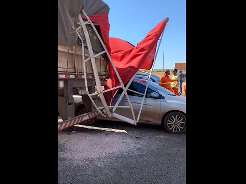 Caminhão atinge carros estacionados em Posto de Combustíveis em Paraguaçu Paulista