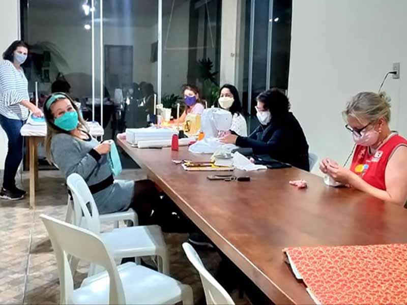 Amigas fazem máscaras para doar e ajudar na proteção contra o Coronavírus
