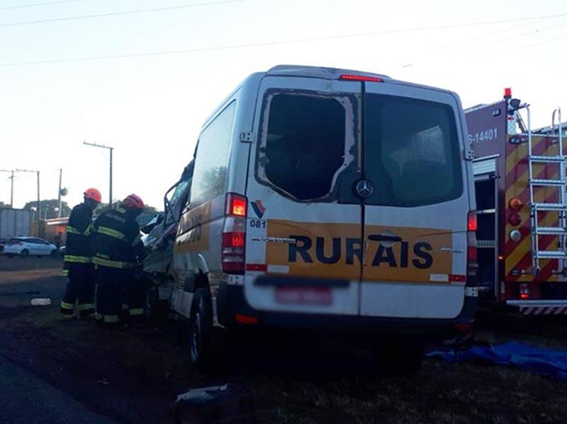 Homem de 29 anos morre em acidente entre van e carreta em Paraguaçu