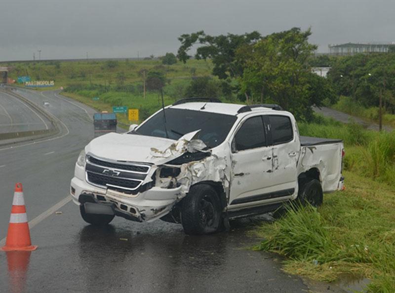 Aquaplanagem causa acidente com dois feridos na Rodovia Assis Chateaubriand, em Martinópolis