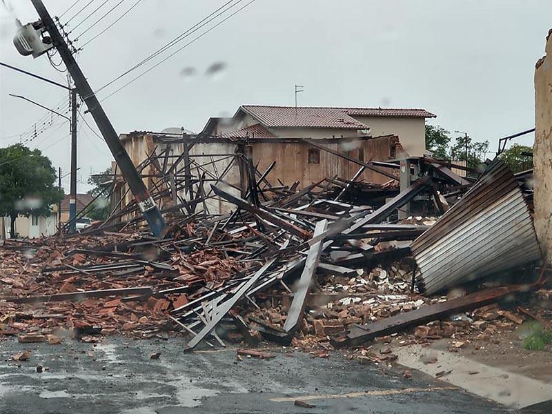 Tempestade causa destelhamento de casas e quedas de árvores em Quatá