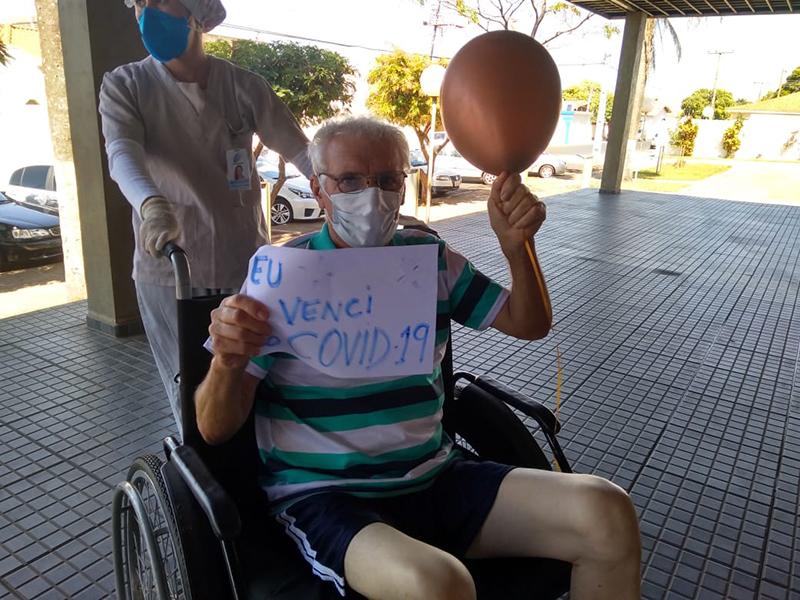 Com festa, homem de 59 anos recebe alta após se curar da Covid-19 em Paraguaçu Paulista