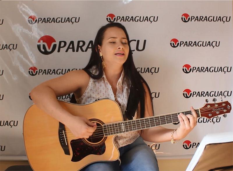 Bela e talentosa, Jakeline Canevari é uma das promessas da música