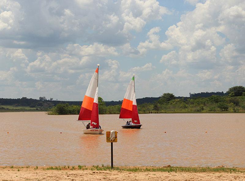Cerca de 200 pessoas prestigiam tarde de passeios em barco a vela no Grande Lago