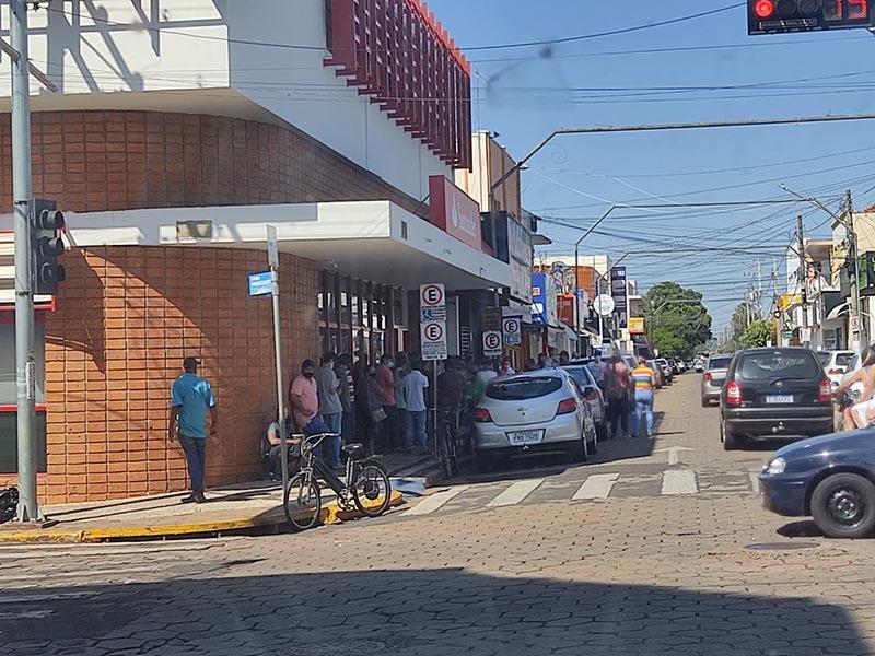 Filas em bancos e lotéricas geram aglomeração em Paraguaçu Paulista