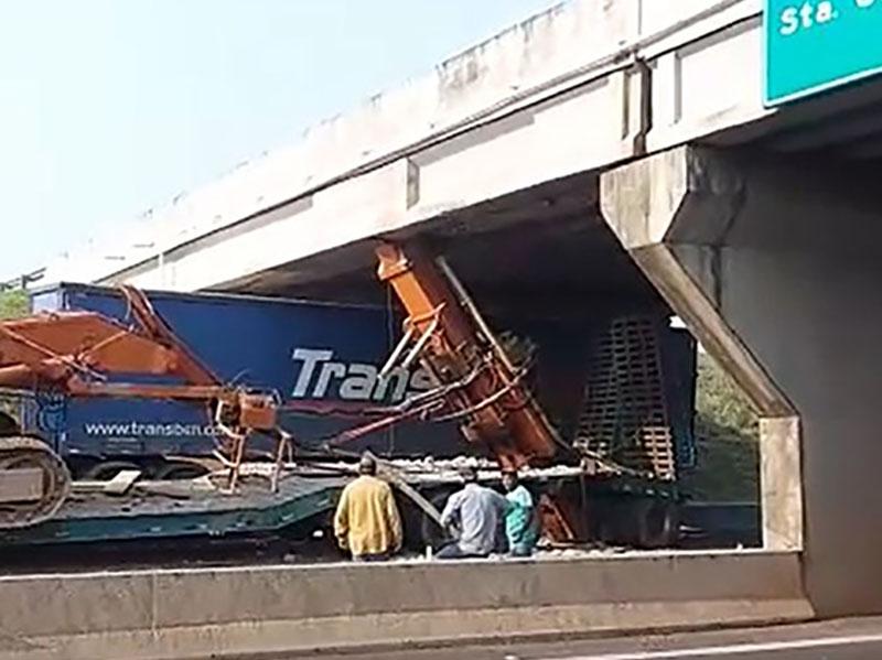 Carreta fica entalada em viaduto e complica tráfego em rodovia de Santa Cruz do Rio Pardo
