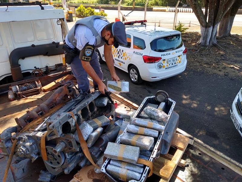 Polícia Rodoviária encontra 50 tabletes de maconha em motor de carro em Assis