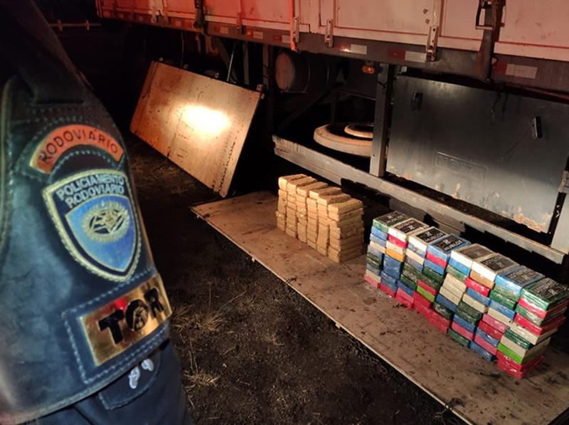 Dupla é presa com mais de 140 kg de pasta base de cocaína em meio a carga de sucata em Assis