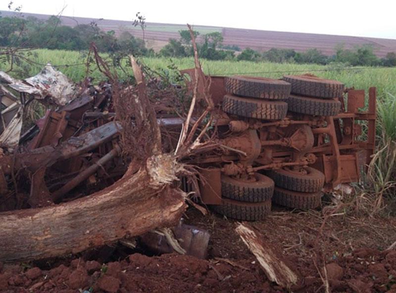 Dois homens morrem após caminhão bater contra árvore em vicinal de Cândido Mota