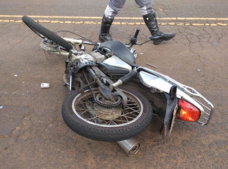 Homem morre após bater a moto na lateral de caminhão em Martinópolis