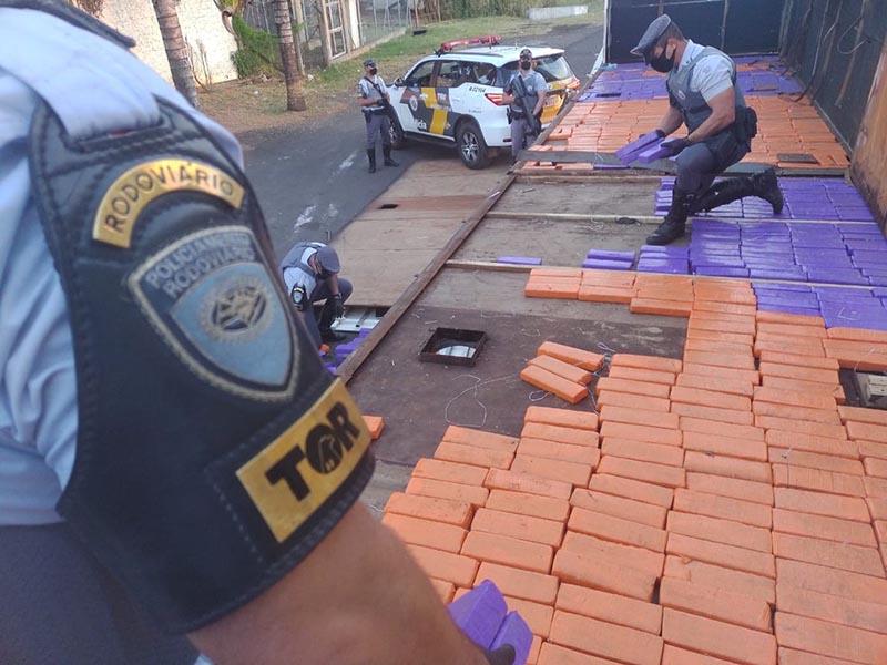 Homem é preso com mais de mil tabletes de maconha escondidos em fundo falso de carreta em Marília
