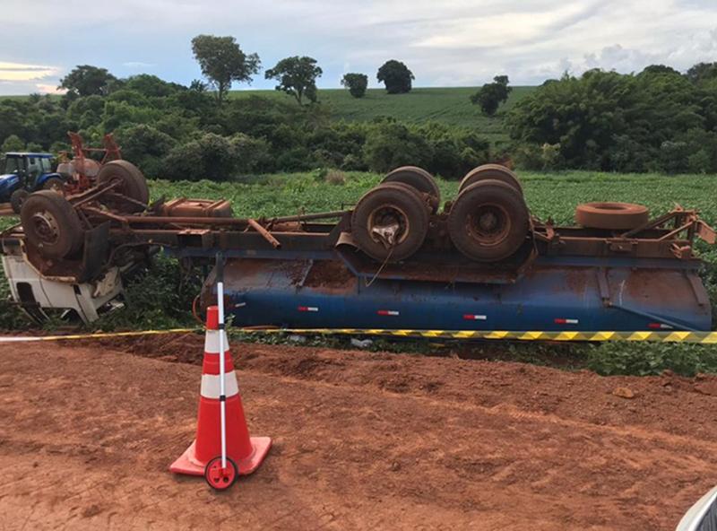 Caminhão-pipa tomba, mata duas crianças, e motorista é preso por homicídio em Salto Grande