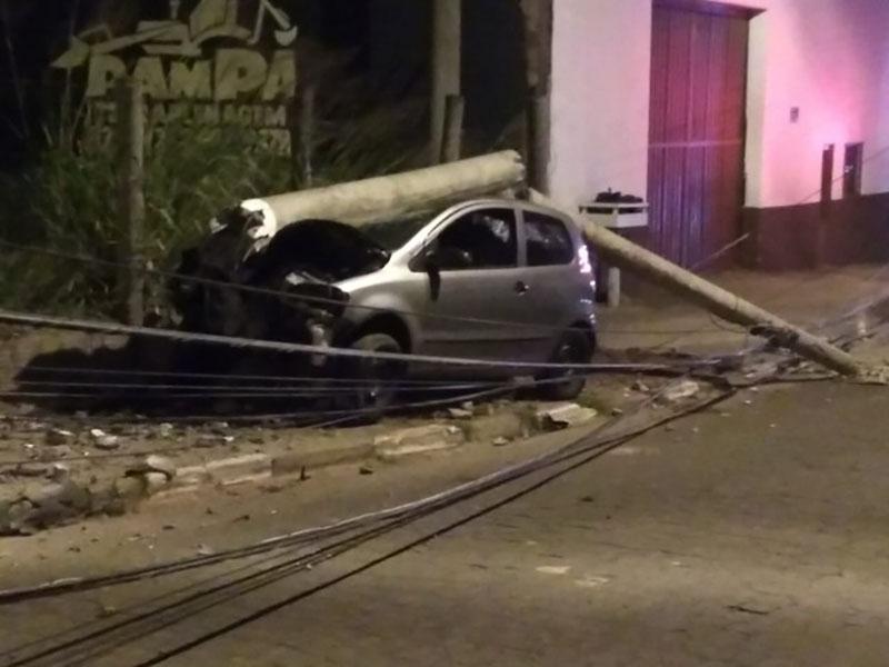 Carro bate contra poste e motorista fica ferido em Pirapozinho