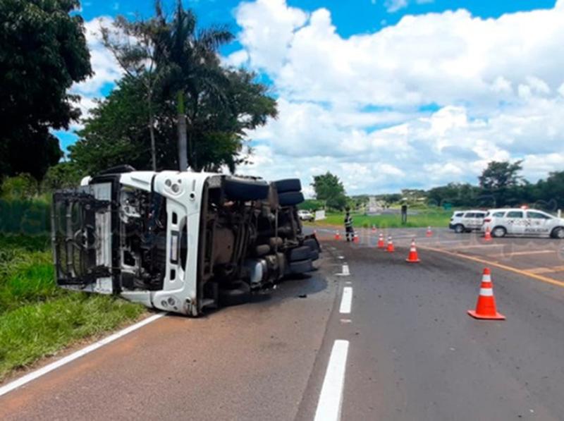 Dois caminhões tombam na região de Marília em um único dia