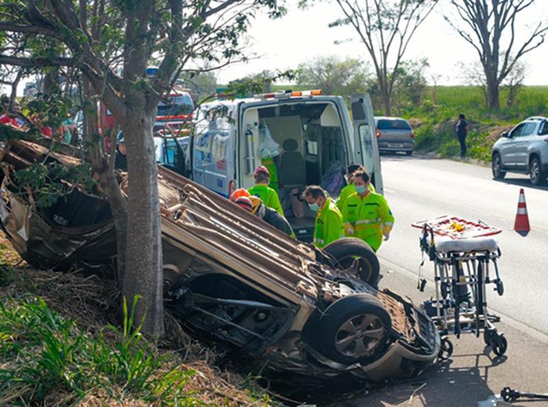 Motorista morre após capotamento de carro na Rodovia Assis Chateaubriand, em Martinópolis