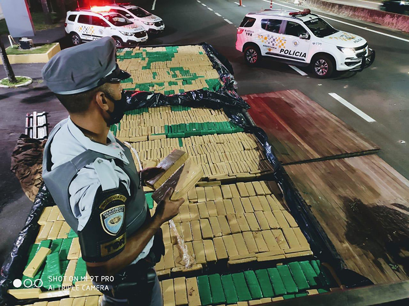 Polícia Rodoviária encontra mais de 1 tonelada de maconha em fundo falso de caminhão em Marília