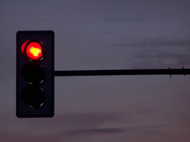 Nova lei de trânsito permite motorista 'furar' o sinal vermelho