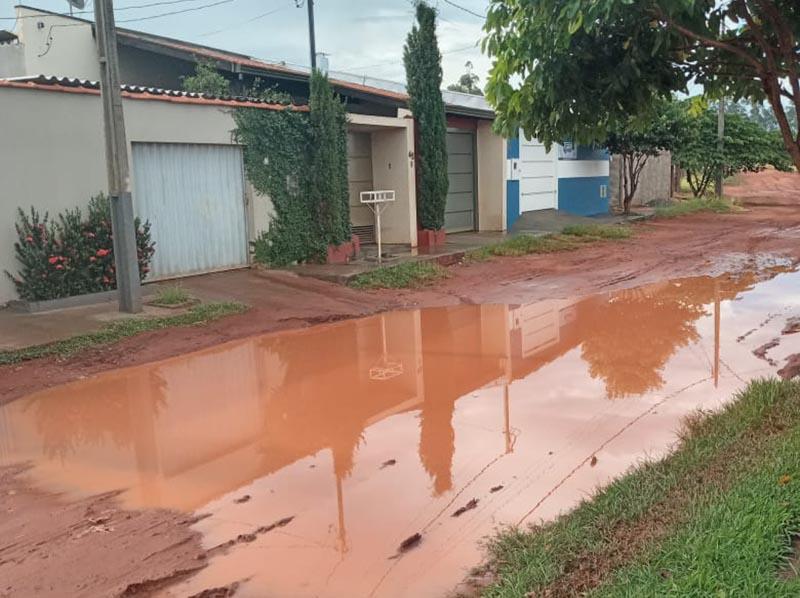 Chuva forma poça d' água em Paraguaçu Paulista e causa transtornos a moradores