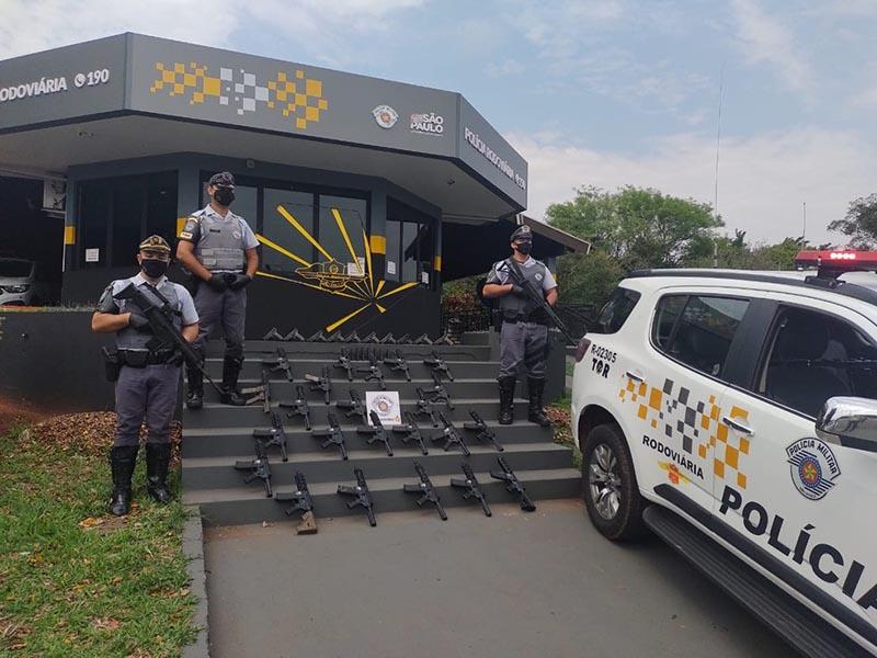Polícia Rodoviária apreende mais de 20 fuzis e 10 pistolas no estepe de caminhão em Assis