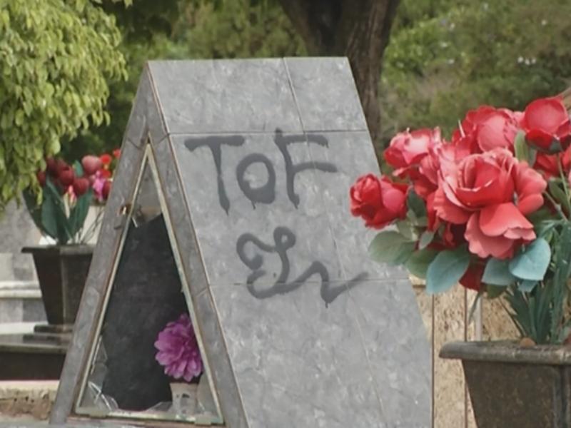 Vândalos depredam e picham túmulos em cemitério de Assis