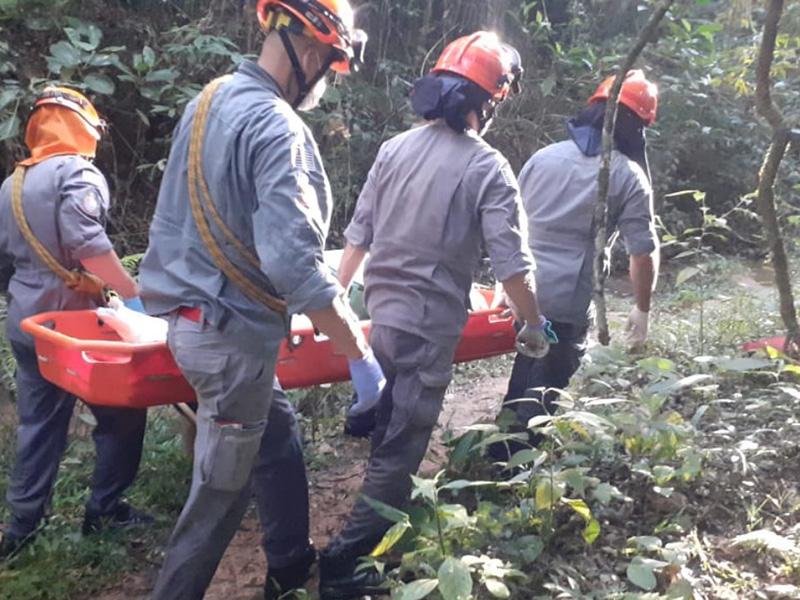 Corpo de Bombeiros resgata mulher ferida em cachoeira de Quatá