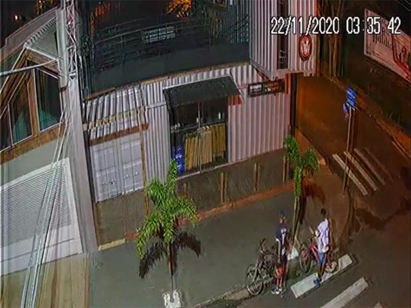 Câmeras flagram criminosos invadindo bar em Paraguaçu Paulista