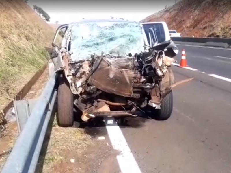 Homem morre em acidente entre carro e caminhão na SP-255 em Santa Cruz do Rio Pardo
