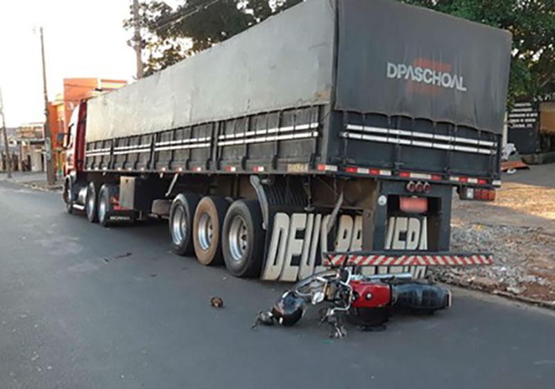Motociclista fica ferido após bater em traseira de carreta estacionada em Tupã
