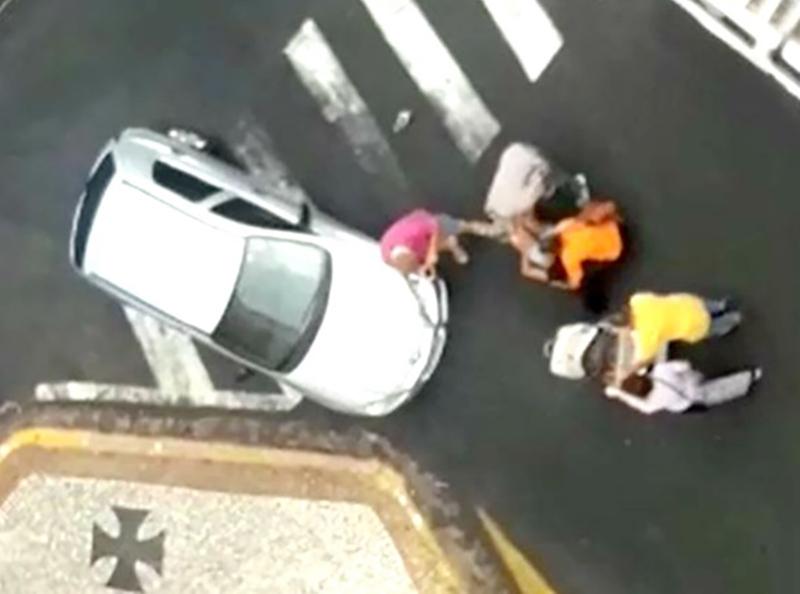 Mulher com carrinho de bebê é atropelada no centro de Marília