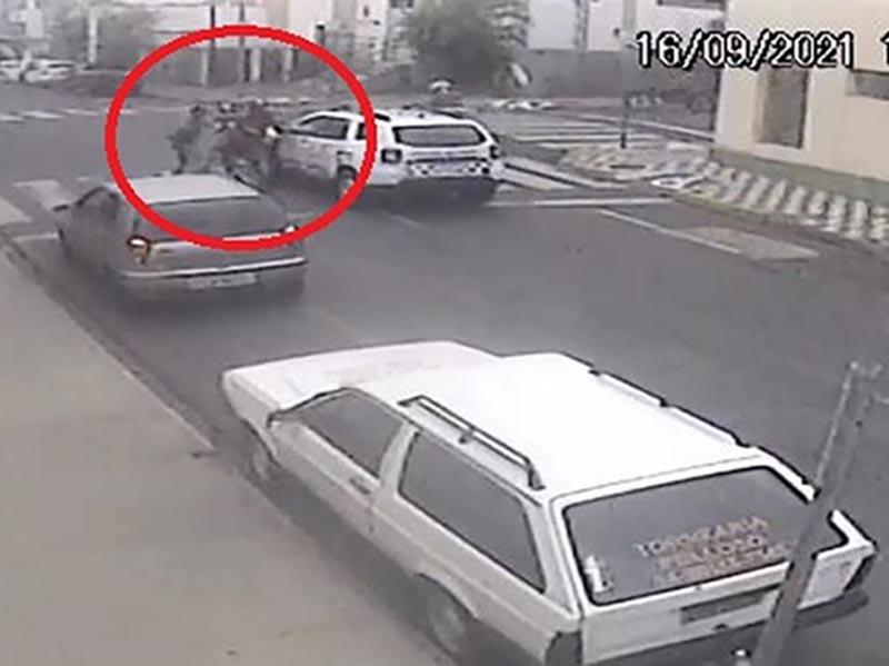 Homem empina moto ao lado de viatura e é detido após veículo falhar no semáforo