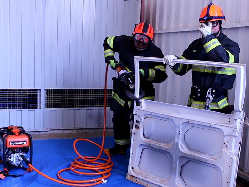Corpo de Bombeiros recebe equipamento para ajudar no salvamento de vítimas presas em ferragens