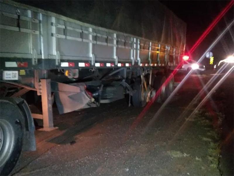 Colisão entre carro e semirreboque de caminhão mata homem, em Rancharia