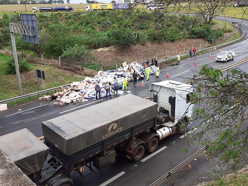 Acidente com carretas espalha carga de sabão em pó em rodovia de Assis