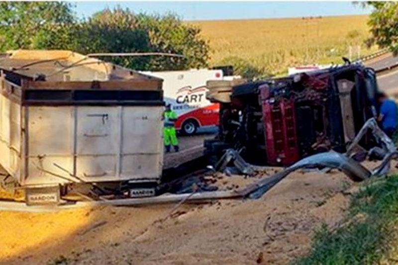 Caminhão carregado de milho tomba e deixa rodovia interditada em Assis