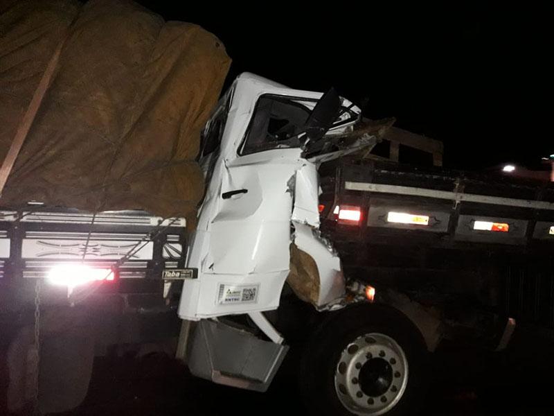 Motoristas morrem em acidente entre dois caminhões na rodovia Miguel Jubran