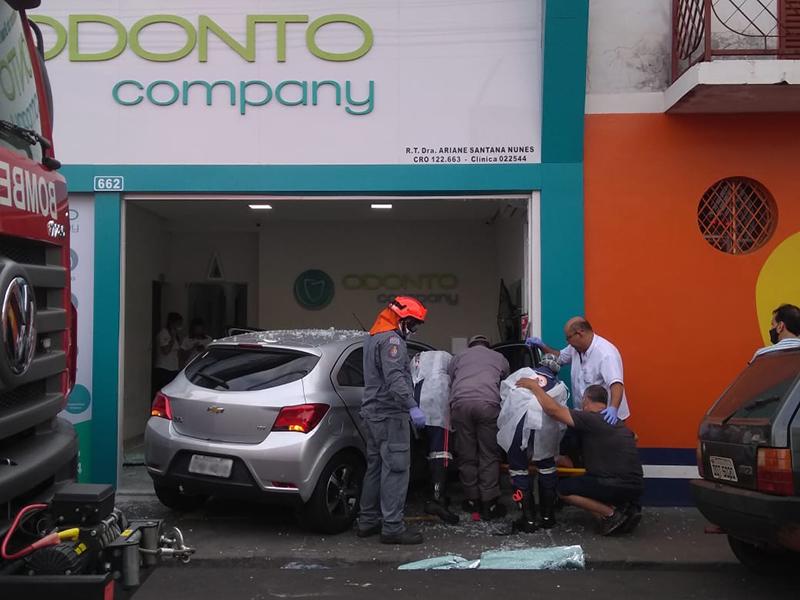 Mulher perde o controle do carro, atropela pedestre e invade clínica odontológica com o veiculo
