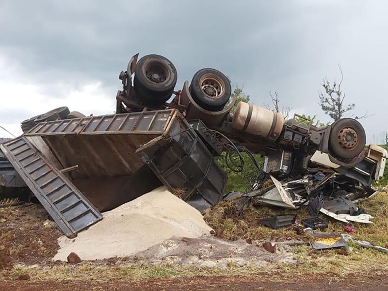 Motorista de carreta morre após tombar na vicinal entre Ourinhos e Canitar