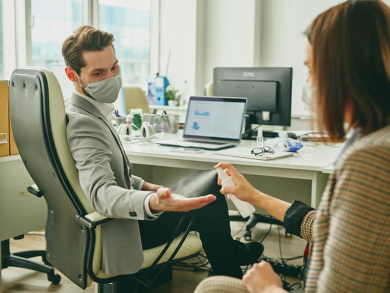 Pesquisa revela que 21 mil pessoas pegaram covid-19 em ambientes de trabalho em 2020
