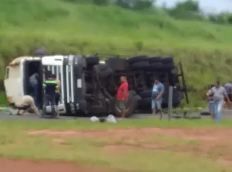 Caminhão tomba e espalha carga de óleo vegetal em rodovia de Paraguaçu Paulista