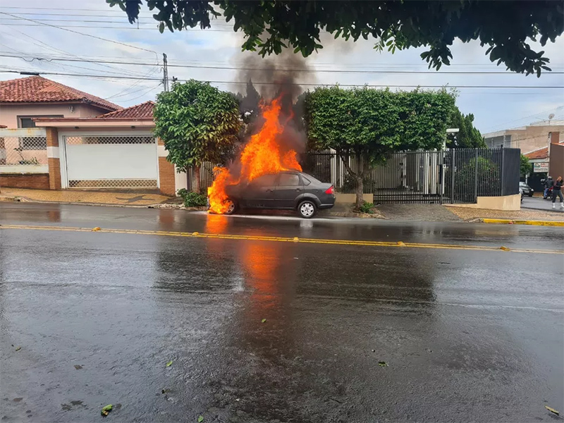 Mulher e crianças saem ilesas de carro em chamas em Tupã