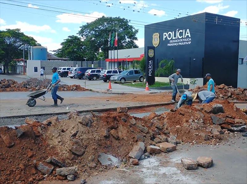 Prefeitura instala sarjetões próximo a delegacia, na Avenida Brasil