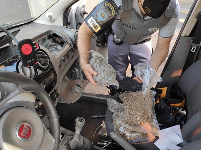 Polícia apreende 18 quilos de haxixe e 'supermaconha' escondidos no painel de carro em rodovia