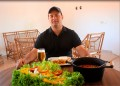 Neto Romeiro ensina a fazer uma deliciosa moqueca de peixe